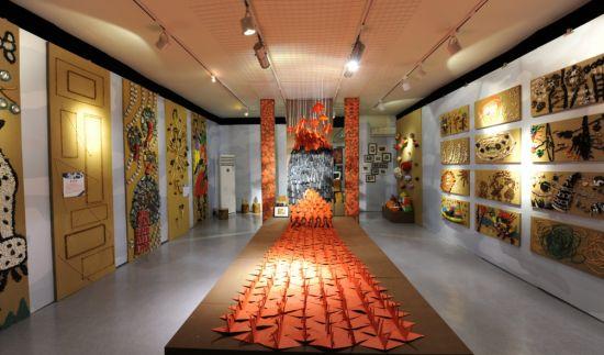 新浪收藏訊 6月11日,西門子家電藝術空間與北京育翔藍天幼兒園合作舉辦的童年的紙飛機兒童藝術創作展正式開幕。燦爛的六月是孩子們的節日,而本次西門子家電將他們的作品介紹給大眾,也是希望天真童趣喚起大家發自心底的感動,更為他們的藝術創造更廣闊的展示平臺。當天,深受廣大小朋友喜愛的金龜子姐姐劉純燕也特意趕來主持了開幕儀式。此外,北京市教育委員會代表、北京育翔藍天幼兒園領導、國家兒童教育部門相關領導以及學前教育領域專家學者,與西門子家用電器(中國)北京區域銷售經理經理劉美楠女士,盛情出席了展覽。   西