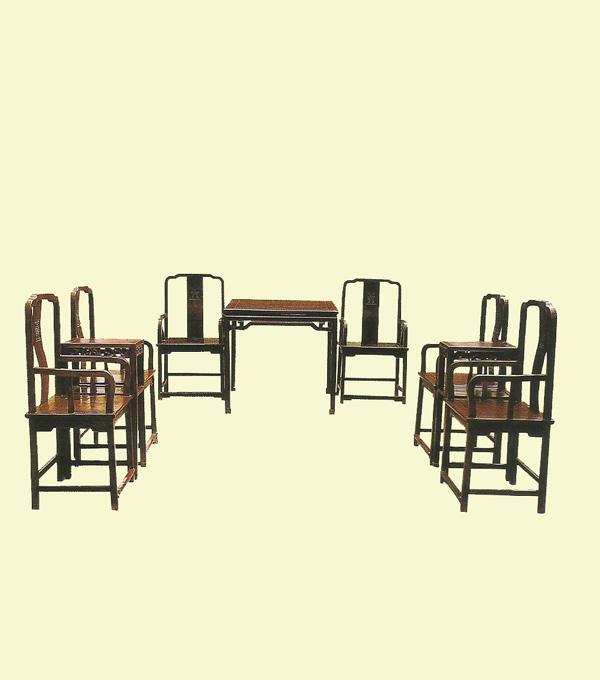 乾隆 红木南官帽椅六件 尺寸:59.5cmx45cmx110cm   乾隆 红木雕拐子纹方桌一件 尺寸:93cmx93cmx86cm   清 拦水线茶几一对 尺寸:43cmx33cmx79.3cm   市场参考价:RMB 160000   此堂家具造型简练,端正大方,表面素净光亮,具明式家具风格。六椅二几一桌,成套保存完整,十分难得。