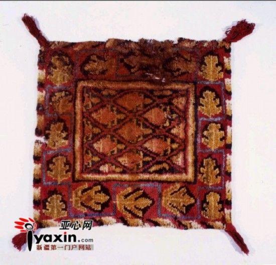 新疆地毯以其精湛的工艺和独具特色的艺术风格而驰名于世,是新疆传统