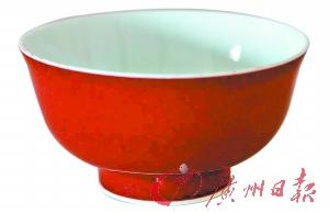 """""""成化""""红釉小碗是仿品 碗底题字露出""""马脚"""""""