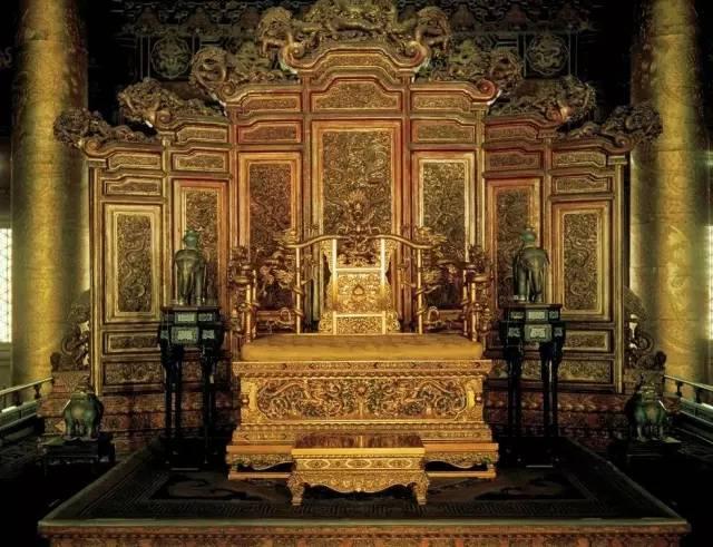 广式家具的特点是用料粗大充裕,装饰花纹雕刻深峻,刀法圆熟,磨工精细.
