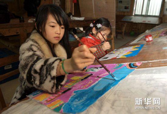 (左一)在农民画培训馆学画.-侗家农民画 从深山走向世界的农民